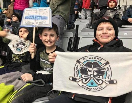 Élèves de l'école Carrefour de la Jeunesse d'Edmundston encourageant les joueurs du Blizzard lors d'une partie de hockey