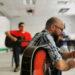Un groupe de personnes avec des guitares, assis sur des chaises dans un cercle, de l'École secondaire Allison Bernard Memorial.