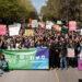 Un grand groupe de personnes participent à la Marche Monde.