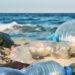 Des bouteilles en plastique sont éparpillées sur une plage.