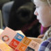 Une file lit un livret qui contient une liste des objectifs de développement durable.